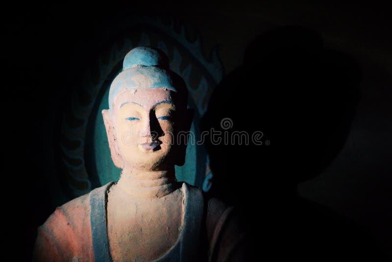 Het standbeeld van Boedha in een hol stock foto
