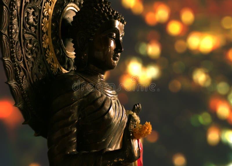 Het standbeeld van Boedha en een vage achtergrond stock foto's