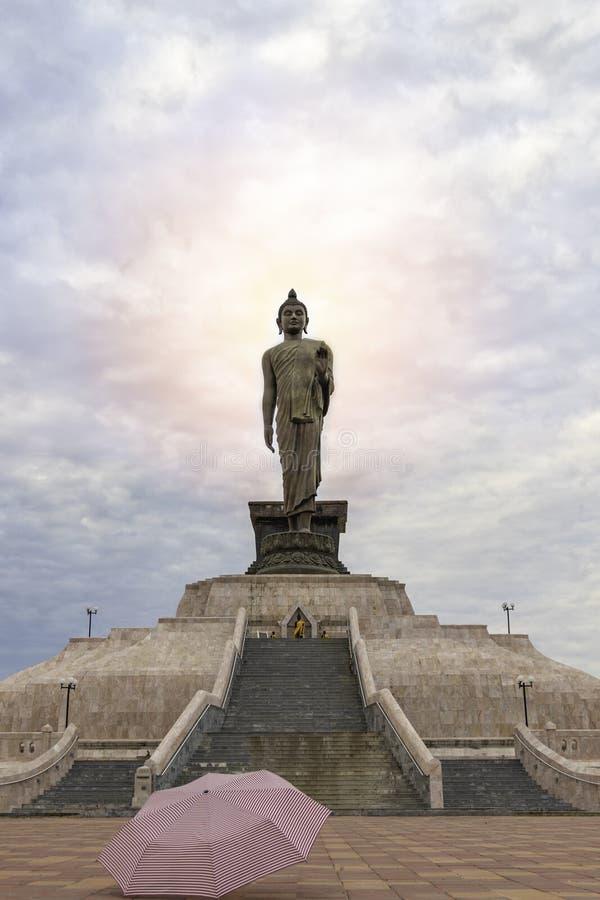 Het standbeeld van Boedha met een hemelachtergrond en een flits van licht over zijn hoofd royalty-vrije stock foto