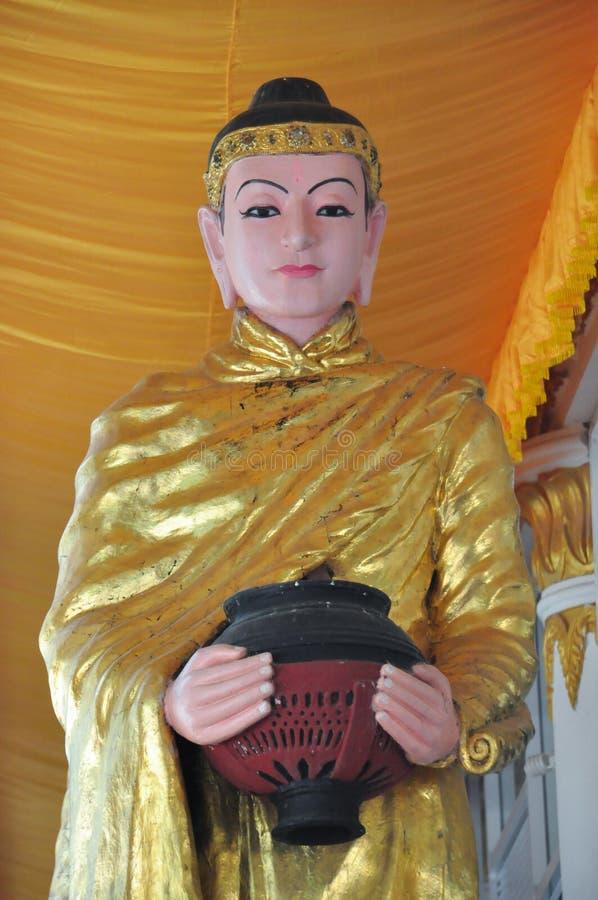 Het Standbeeld van Boedha met kom in wapens, Myanmar royalty-vrije stock afbeelding