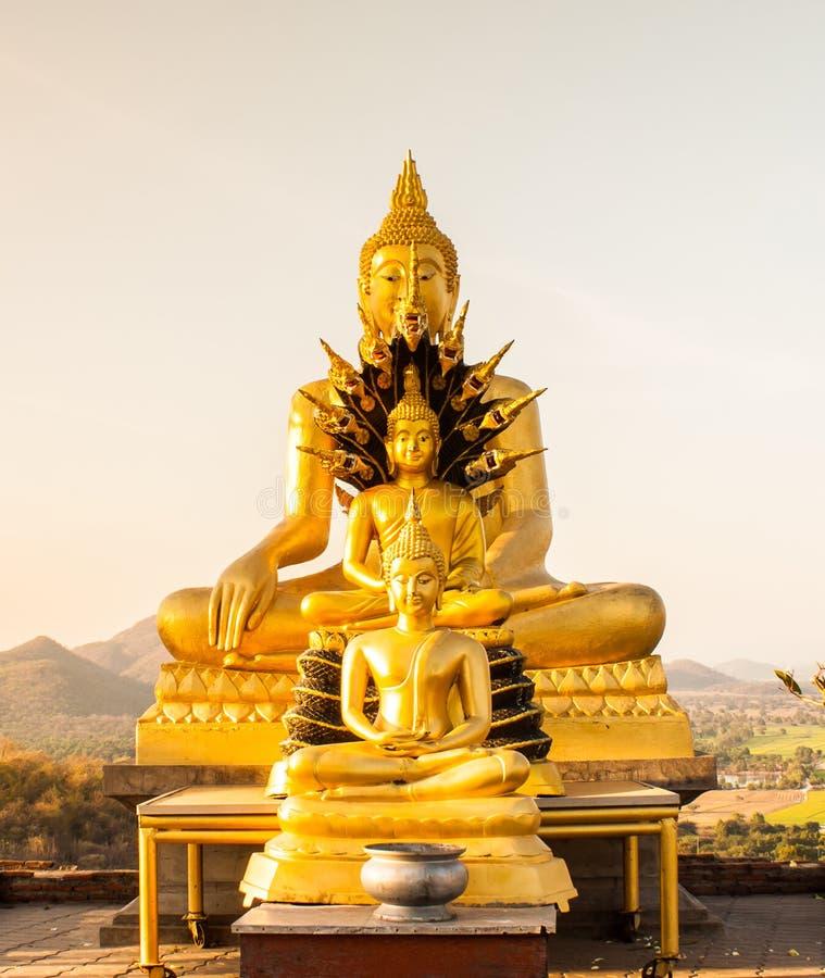Het standbeeld van Boedha op de achtergrond Thailand van de zonsonderganghemel stock foto