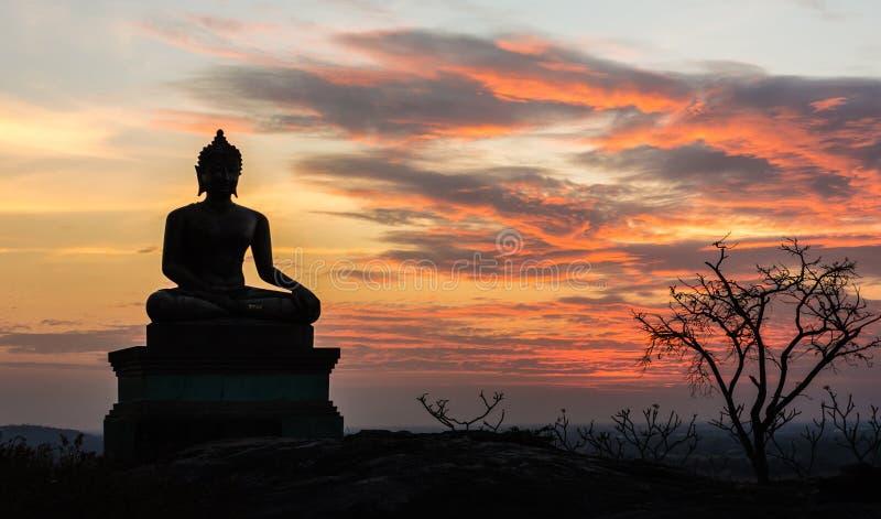 Het standbeeld van Boedha op de achtergrond van de zonsonderganghemel royalty-vrije stock afbeelding