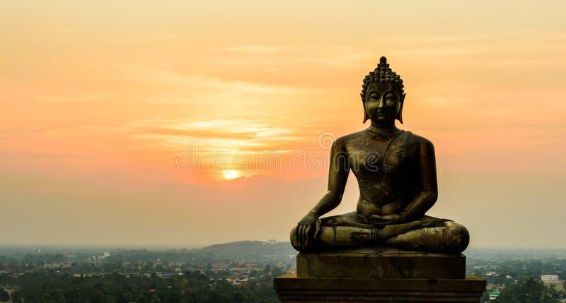 Het standbeeld van Boedha op zonsondergang in Ayutthaya stock afbeeldingen