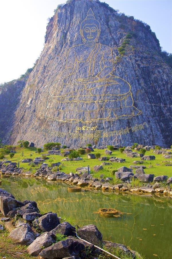 Het standbeeld van Boedha, Pattaya, Thailand op een rots royalty-vrije stock foto's