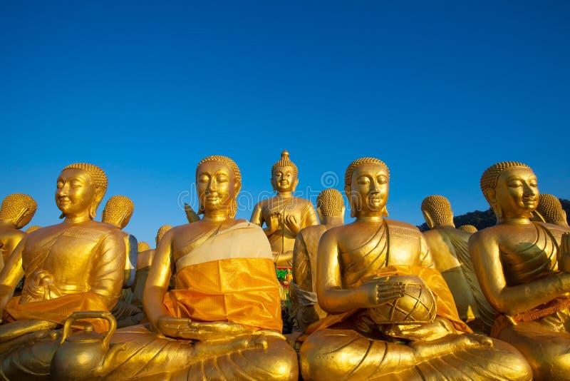 Het standbeeld van Boedha tegen duidelijke blauwe hemel in de tempel van Thailand stock foto's