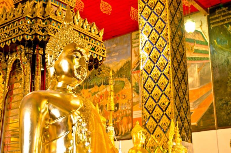 Het standbeeld van Boedha in Wat-klopjetas Hariphunchai tempel stock foto