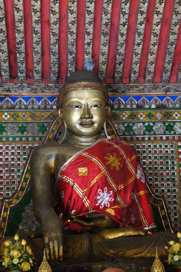 Het standbeeld van Boedha in Wat Phra Kaew Don Tao, Lampang, Thailand stock foto