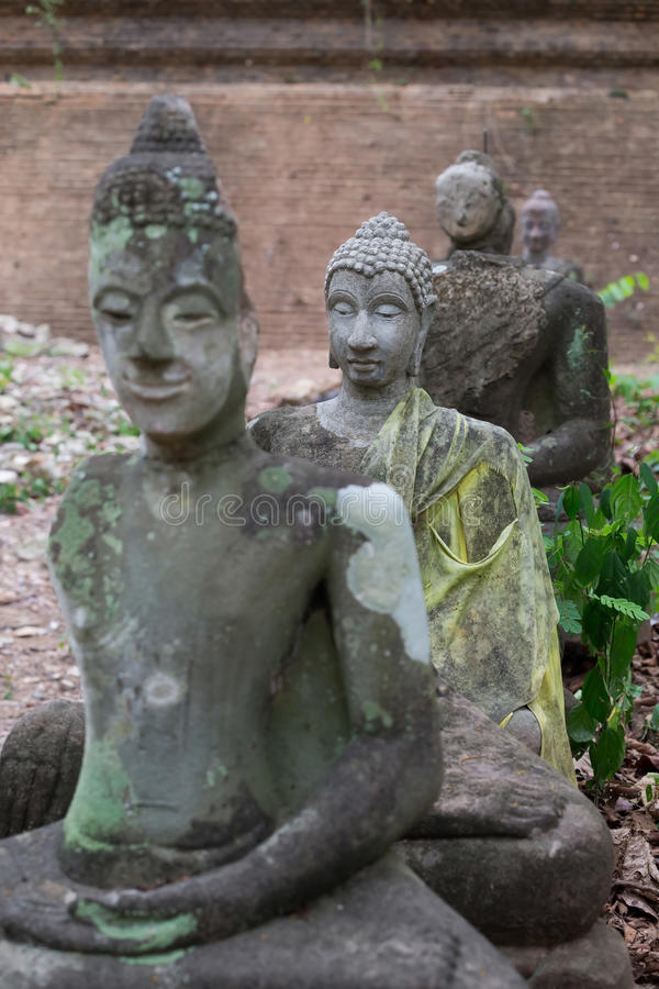 Het standbeeld van Boedha in wat umong, chiang MAI, reist Thaise tempel stock afbeelding