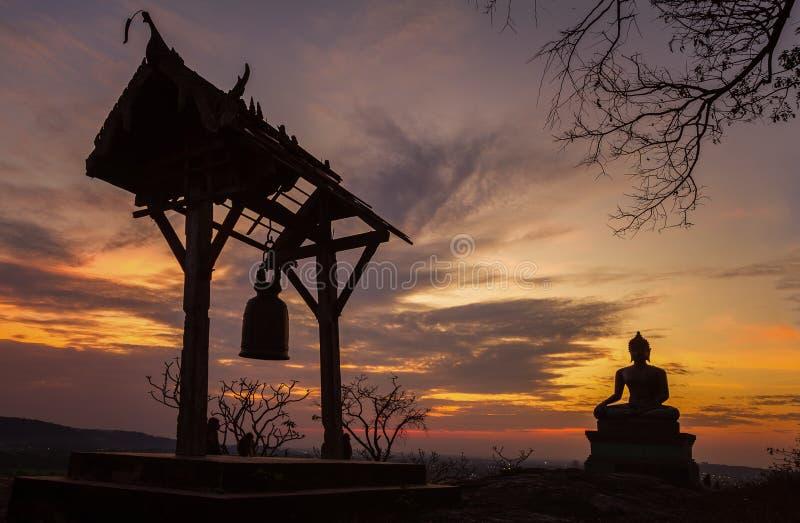 Het standbeeld van Boedha in zonsondergang bij Phrabuddhachay-Tempel stock foto's