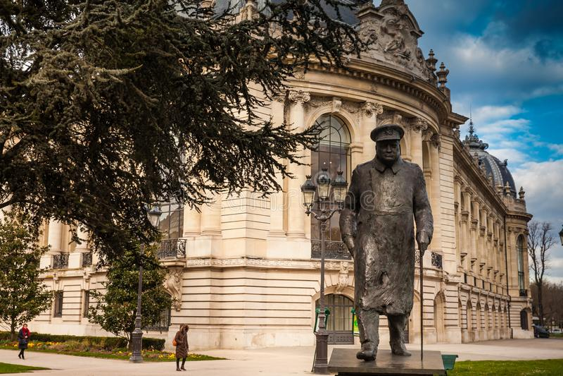 Het standbeeld van bronswinston churchill bij Petit Palais in Parijs stock afbeeldingen