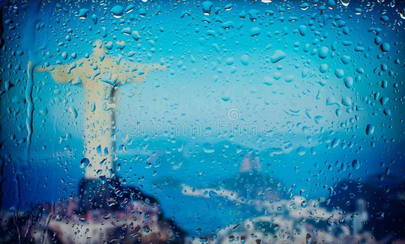 Het standbeeld van Christus de Verlosser in Rio de Janeiro, de mening van Brazilië A van de stad van een venster van een hoog pun royalty-vrije stock fotografie