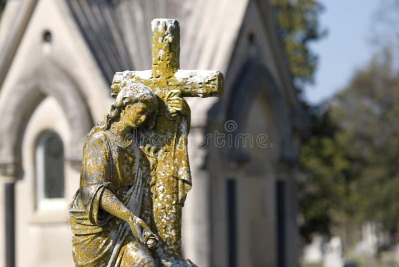 Het Standbeeld van de begraafplaats van Vrouw met Kruis stock afbeeldingen