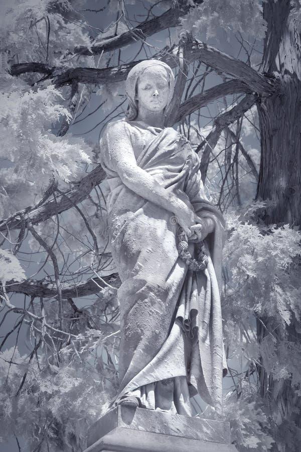 Het standbeeld van de begraafplaatsvrouw stock afbeelding