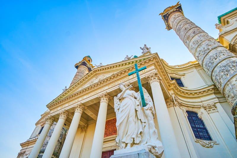 Het standbeeld van de engel bij de Karlskirche-kerk in Wenen, Oostenrijk royalty-vrije stock foto's