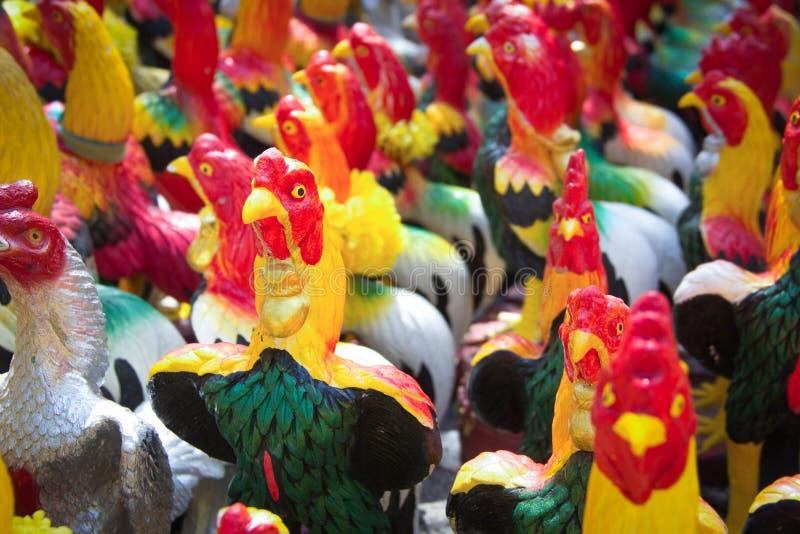 Het standbeeld van de kippenmenigte voor fullfill zijn verplichtingen royalty-vrije stock fotografie