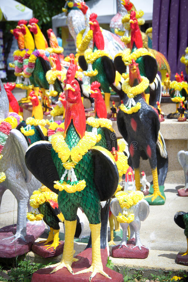 Het standbeeld van de kippenmenigte voor fullfill zijn verplichtingen stock fotografie