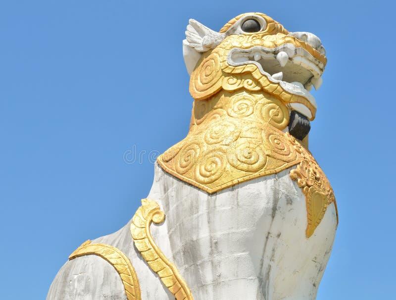 Het standbeeld van de leeuw met blauwe hemel royalty-vrije stock foto
