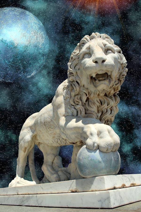Het standbeeld van de leeuw met blauwe planeet stock foto's