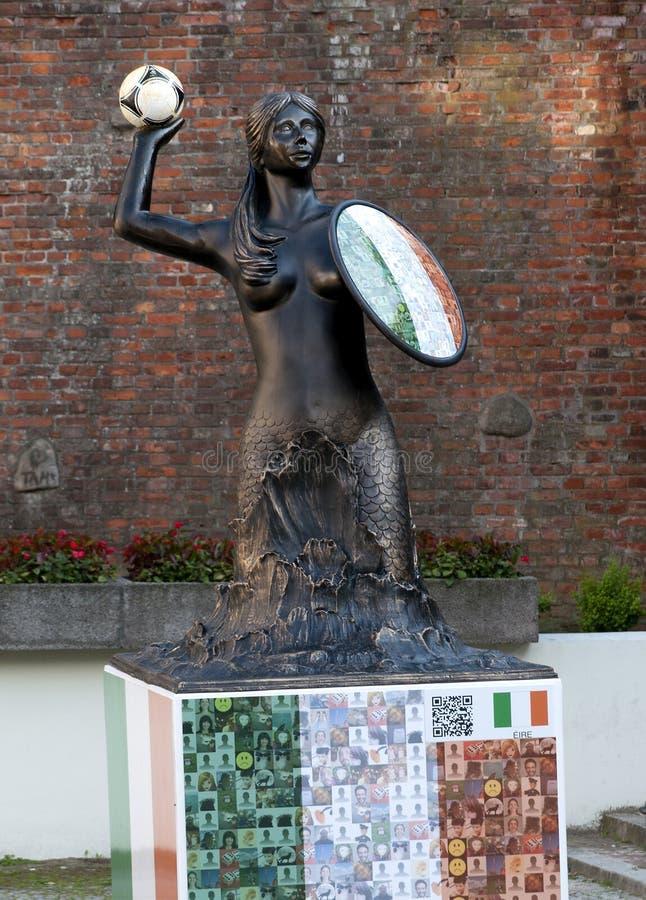 Het Standbeeld van de sirene met voetbal in Warshau, Polen royalty-vrije stock afbeelding