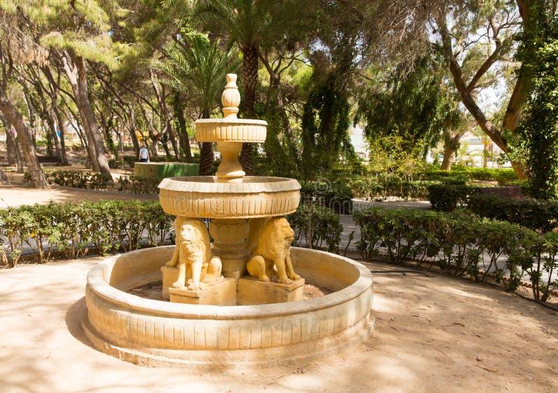 Het standbeeld van de watereigenschap in tuinen Reina Sofia Park Guardamar del Segura Costa Blanca Spain royalty-vrije stock afbeelding