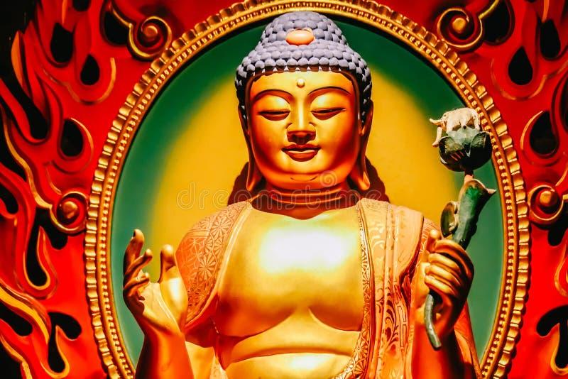 Het standbeeld van de zitting van Boedha in meditatie en wachten voor Nirvana met dient ritueel gebaar in Binnen de Tempel van he royalty-vrije stock fotografie