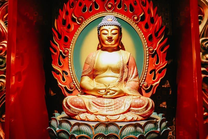 Het standbeeld van de zitting van Boedha in meditatie en wachten voor Nirvana met dient ritueel gebaar in Binnen de Tempel van he royalty-vrije stock foto's
