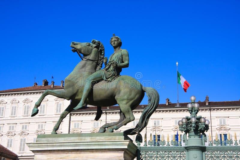 Het standbeeld van Equestrial van het paard van Palazzo Reale Turijn stock fotografie