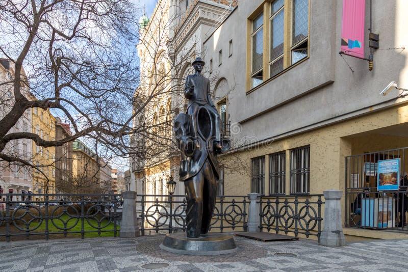 Het standbeeld van Franz Kafka in Praag stock foto's