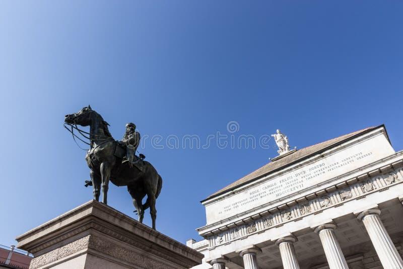 Het standbeeld van Garibaldi en het theater Genua van Carlo Felice royalty-vrije stock afbeelding