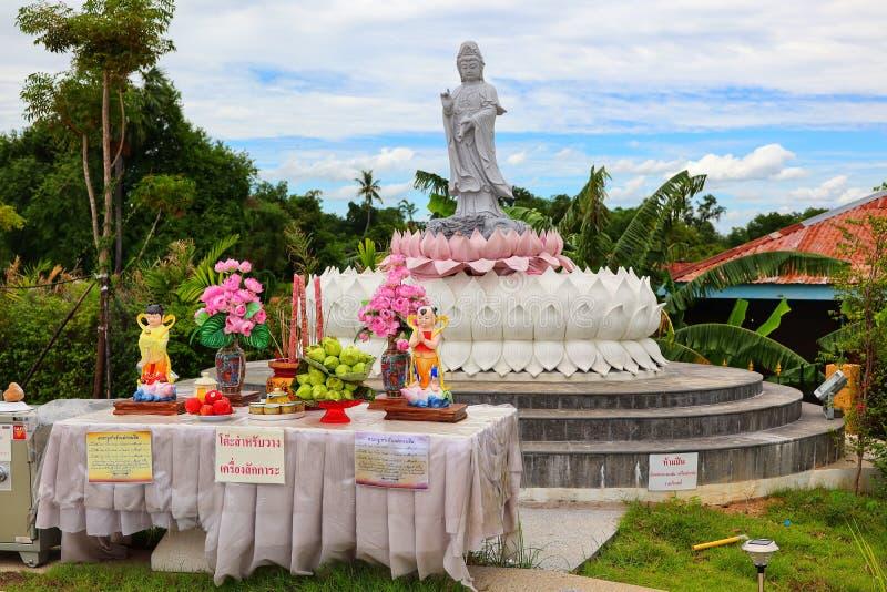 Het standbeeld van Guan Yin, de heilige achtergrond van de dings Mooie hemel stock fotografie