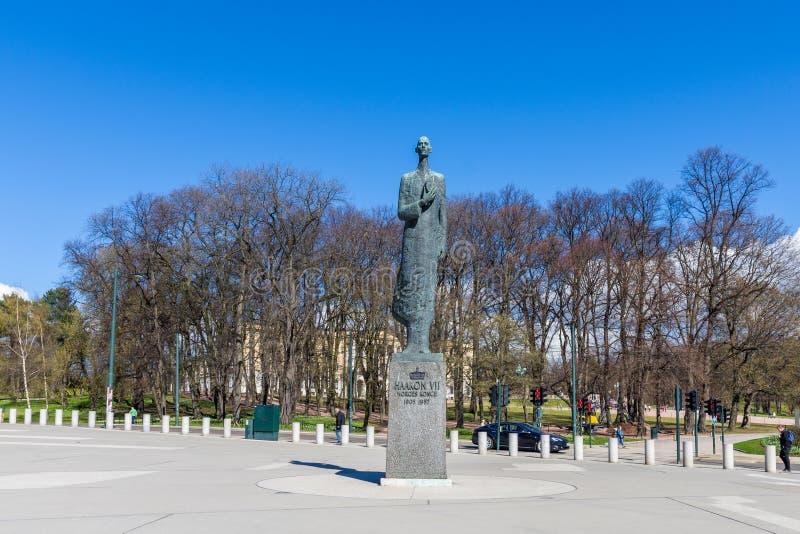 Het standbeeld van Haakon VII koning van Noorwegen, achter de bomen u kan Se royalty-vrije stock foto's