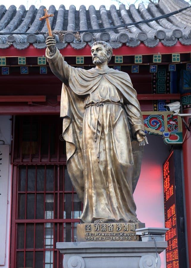 Het standbeeld van heilige Francis Xavier vooraan Heilige Joseph Cathedral in Peking royalty-vrije stock foto