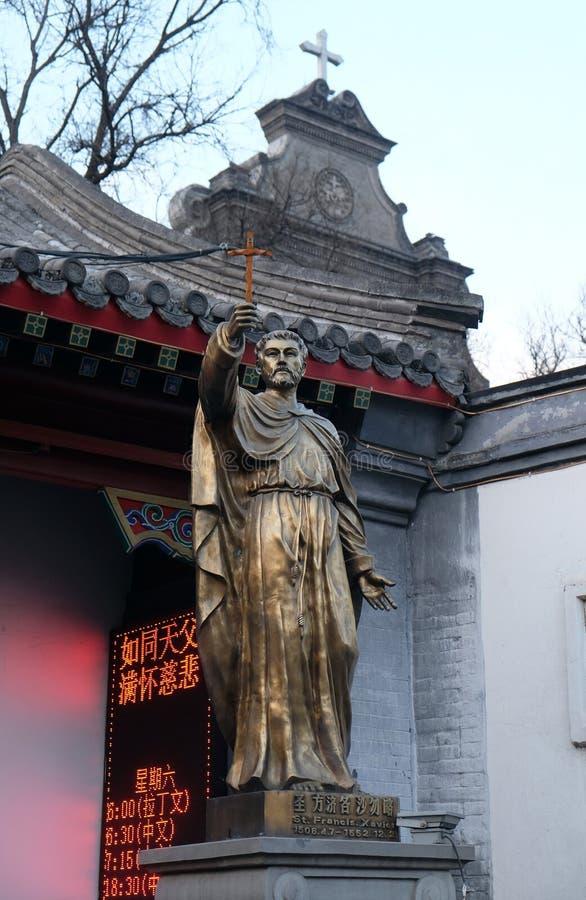 Het standbeeld van heilige Francis Xavier vooraan Heilige Joseph Cathedral in Peking stock afbeeldingen
