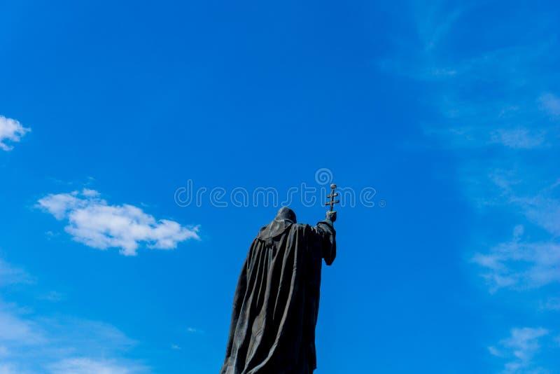 Het standbeeld van heilige met holdingskruis, dichtbij het Kremlin in Moskou stock foto's