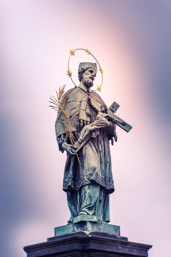Het Standbeeld van heilige op Charles Brigde Prague royalty-vrije stock foto's
