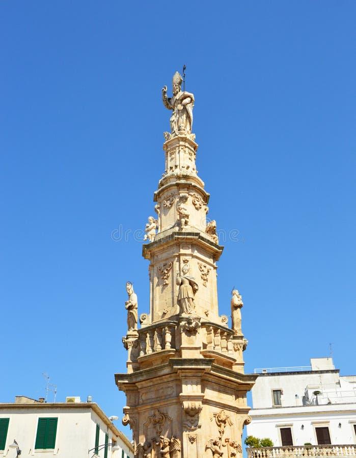 Het standbeeld van heilige Oronzo op barokke kolom in Ostuni, Apulia, Italië stock afbeeldingen