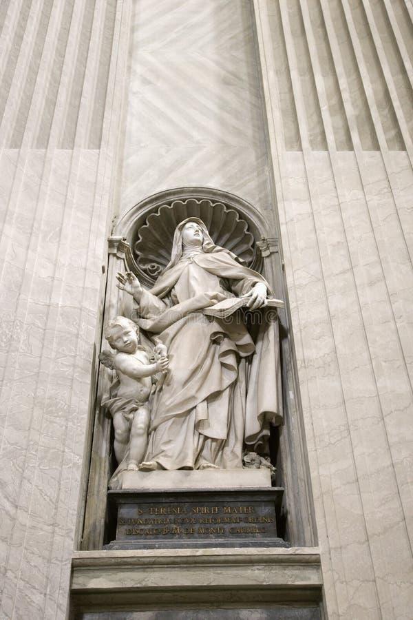 Het standbeeld van heilige Teresa binnen St. Peter. royalty-vrije stock fotografie