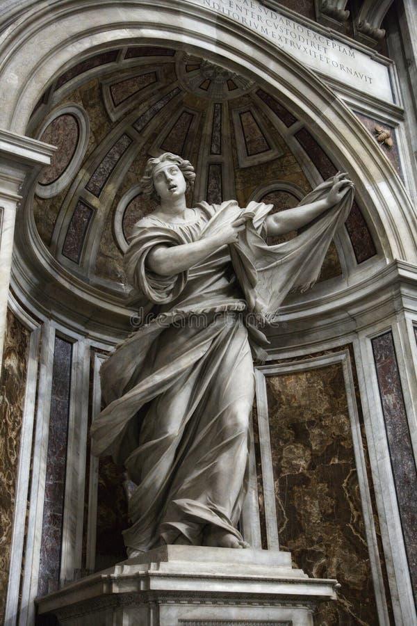 Het standbeeld van heilige Veronica binnen Heilige Peter. royalty-vrije stock afbeelding