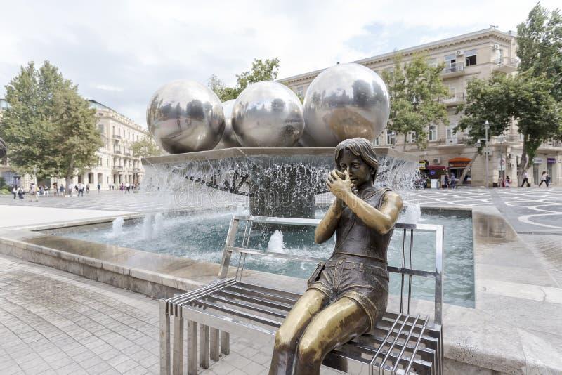 Het standbeeld van het bronsmeisje en Fonteinvierkant in Baku, Azerbeidzjan royalty-vrije stock foto's