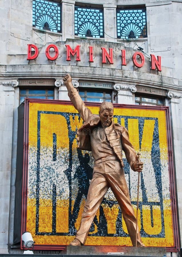Het standbeeld van het Kwik van Freddie boven het Theater van de Heerschappij stock afbeelding