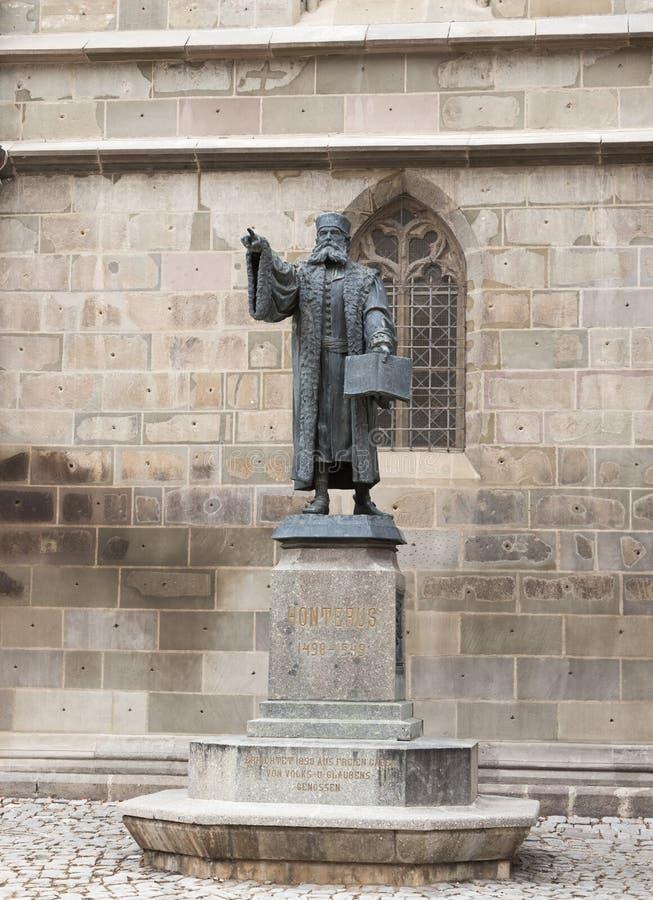 Het standbeeld van Honterus, die in 1498-1549 leefde, zich bevindt dichtbij de Zwarte Kerk in de Brasov-stad in Roemenië stock fotografie
