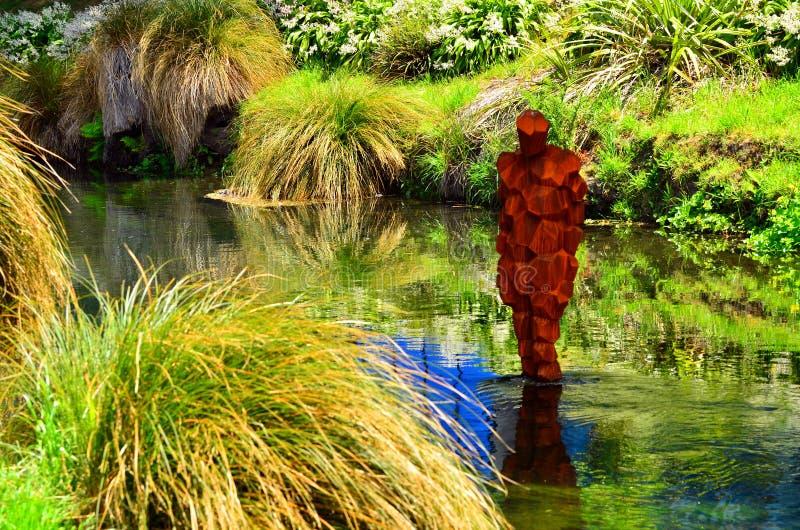 Het standbeeld van IRL Antony Gormley op de Rivier Christchurch van Avon - Nieuwe Ze stock foto