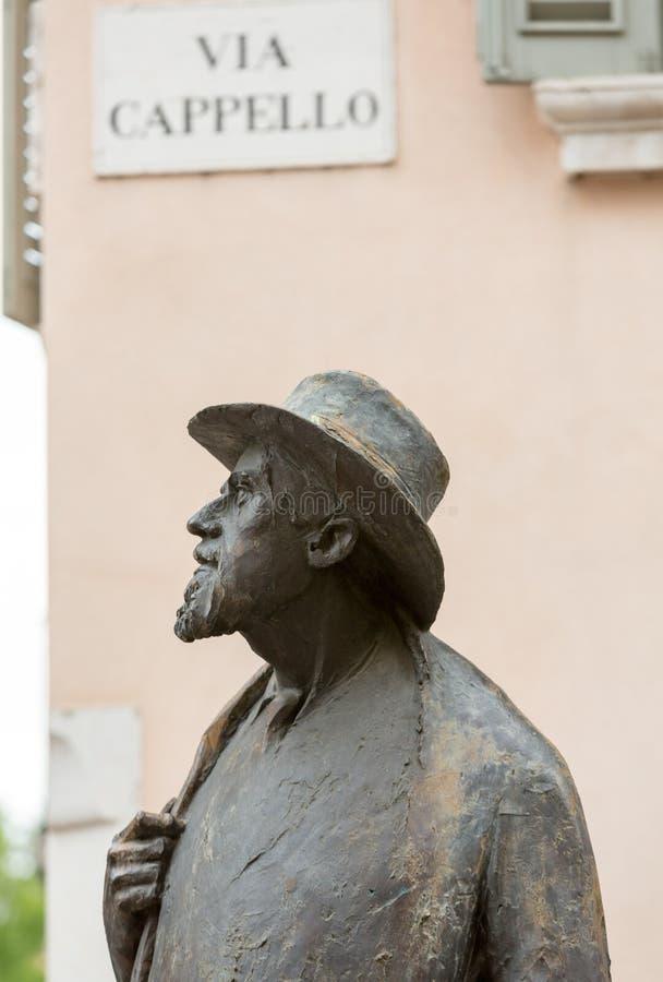 Het standbeeld van Italiaanse dichter Berto Barbarani bij Piazza delle het Vierkant van Erbe in Verona stock fotografie