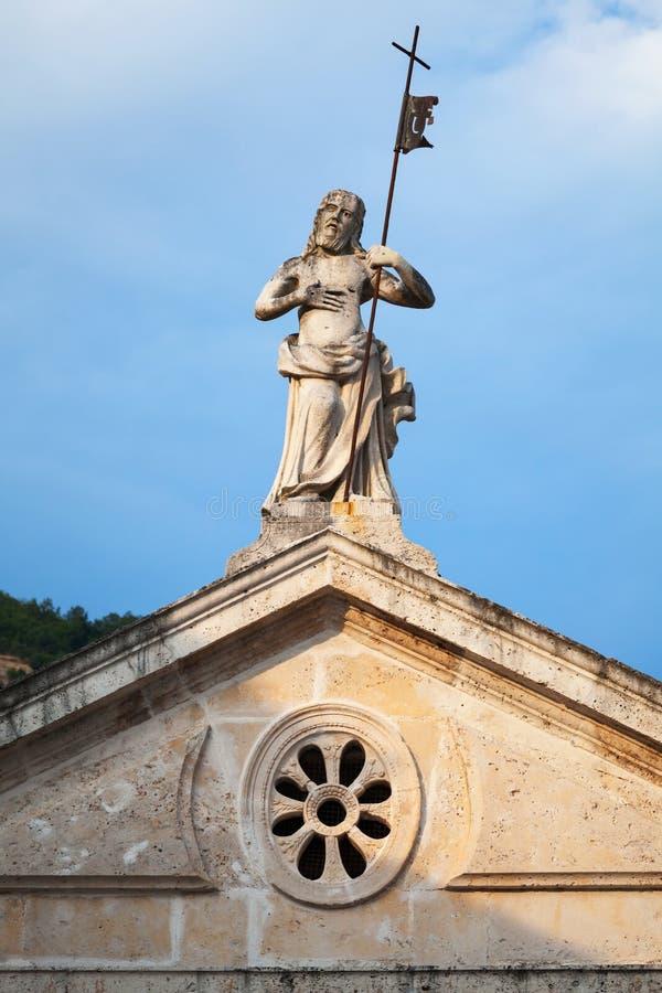 Het standbeeld van Jesus op dak van kerk in Perast royalty-vrije stock afbeelding