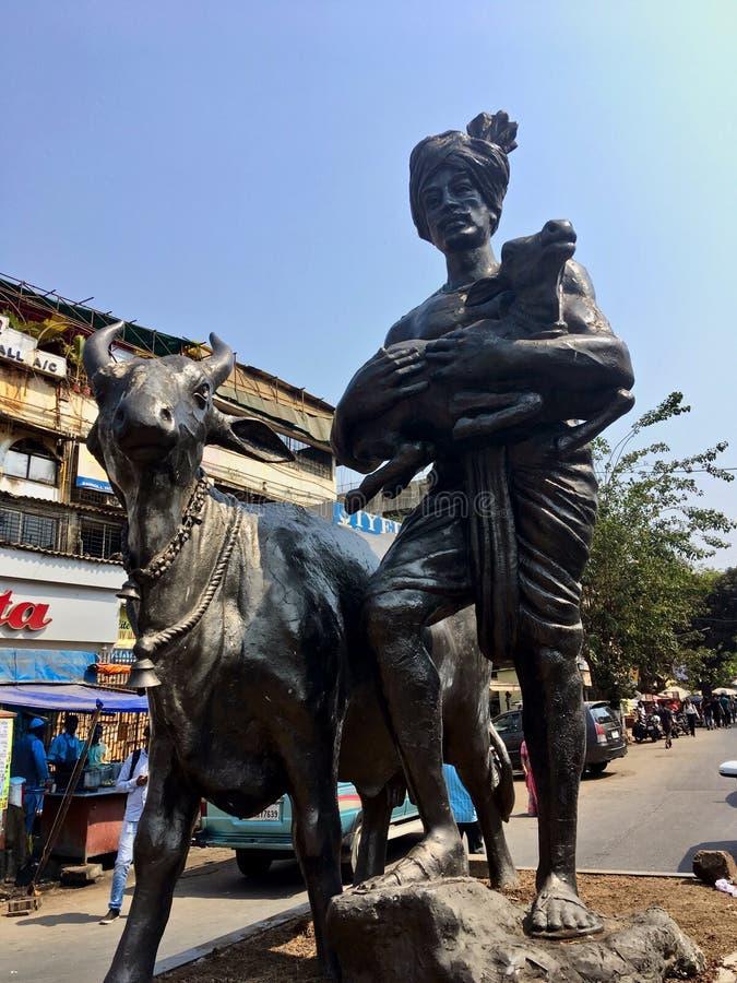 Het standbeeld van koe en het kalf houden door maharashtra INDIA van Mumbai van het melkboer goregaon westen stock foto's