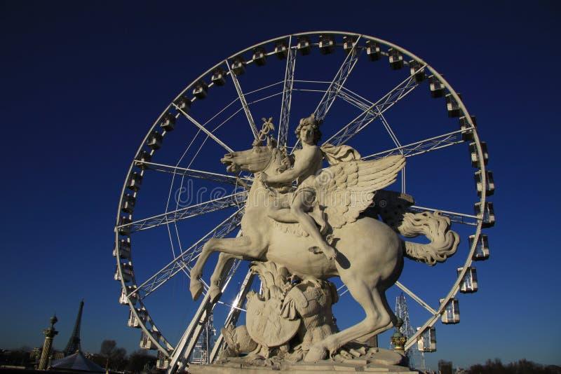 Het standbeeld van Koning die van Bekendheid Pegasus berijden op de Plaats DE La Concorde met ferris rijdt bij achtergrond, Parij royalty-vrije stock fotografie