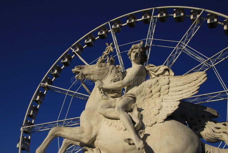 Het standbeeld van Koning die van Bekendheid Pegasus berijden op de Plaats DE La Concorde met ferris rijdt bij achtergrond, Parij royalty-vrije stock afbeelding