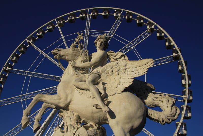 Het standbeeld van Koning die van Bekendheid Pegasus berijden op de Plaats DE La Concorde met ferris rijdt bij achtergrond, Parij stock foto's
