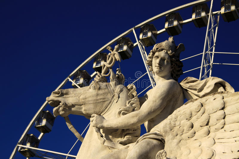 Het standbeeld van Koning die van Bekendheid Pegasus berijden op de Plaats DE La Concorde met ferris rijdt, Parijs, Frankrijk stock foto's