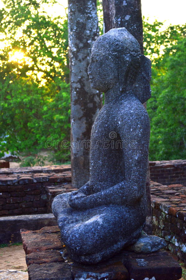 Het Standbeeld van ladingsboedha in Medirigiriya Vatadage, Polonnaruwa, Sri Lanka stock foto
